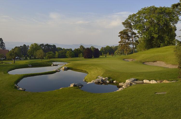 Terrain de golf avec aperçu du lac