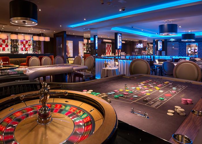 Salle de casino avec roulette
